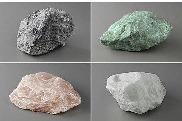 Most rough gemstones look just like any other rocks. La mayoría de las piedras preciosas en bruto lucen como cualquier otra roca.