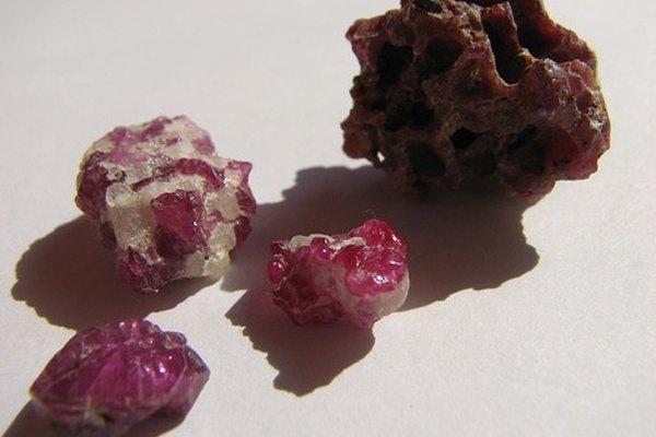 La turmalina se usa comunmente en joyería.