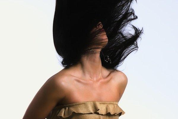 El cabello crece más rápido que las uñas.