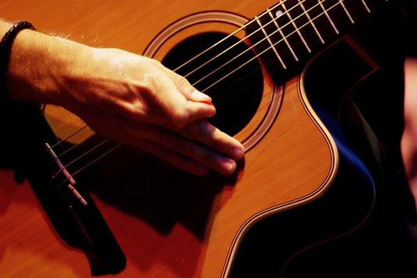 Guitarra con cuerdas de metal.