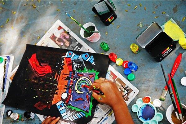 La pintura de témpera lavable es un medio artístico popular de la escuela.