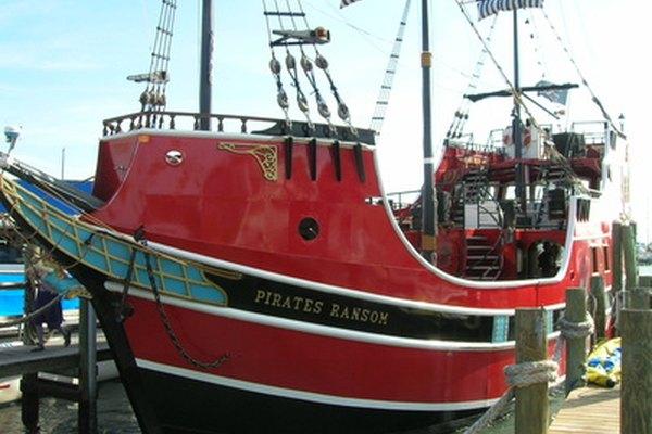 Construye un barco pirata en miniatura con palos de madera.