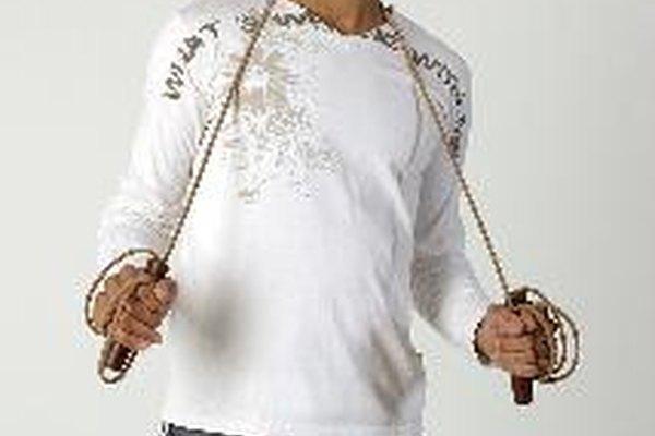 Comienza con la cuerda por detrás de tus talones y gírala sobre tu cabeza hacia la izquierda.