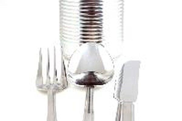 Las latas de alimentos se componen de una aleación de metales.
