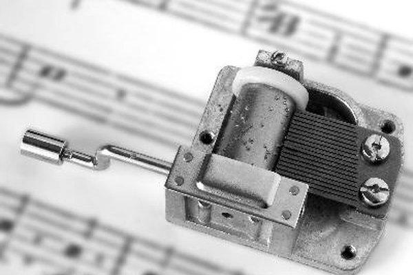 Un cilindro de caja musical tiene pequeñas patas que golpean púas del peine para producir el sonido.