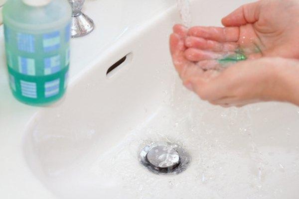 El lavado de manos adecuado es importante para la seguridad en un laboratorio.