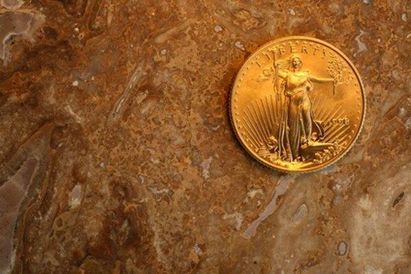 Una moneda de oro en lingotes de águila norteamericana.