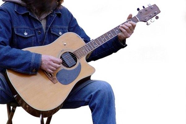 Repara la grieta en tu guitarra acústica con pegamento para madera y listones.