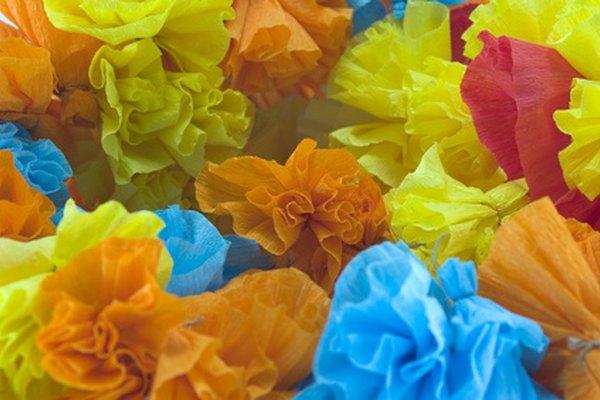 El papel crepe es económico, colorido y útil para una amplia variedad de proyectos artesanales.