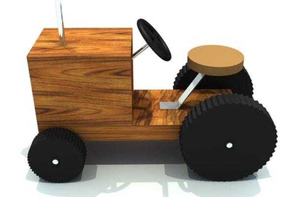 Tallar ruedas de madera para un juguete requiere de precisión.