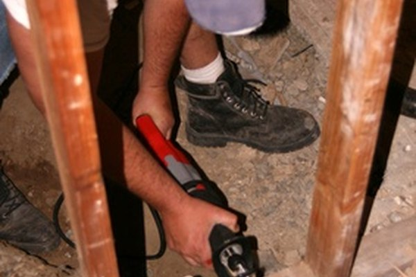 Un ayudante de carpintería ayuda a que realicen importantes labores.