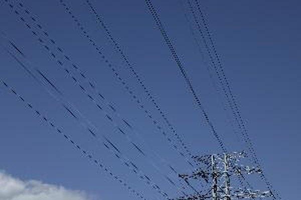 La potencia eléctrica de los aparatos eléctricos se expresa en vatios, si son de poca potencia, pero si son de mediana o gran potencia se expresa en kilovatios (kW) que equivale a 1000 vatios. Un kW equivale a 1,35984 caballos de vapor.
