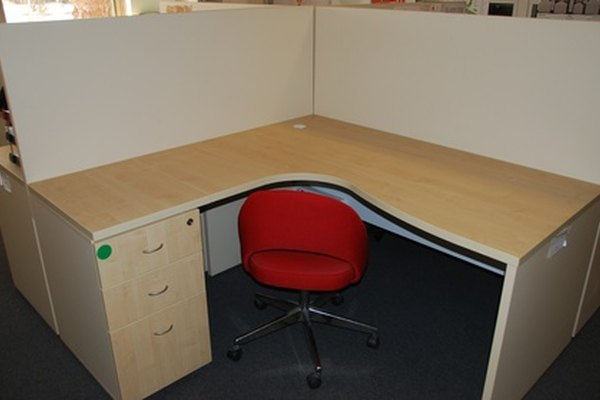 Muchos empleados trabajan desde un cubículo de oficina.