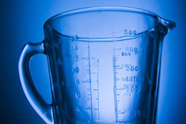 Encuentra una taza de medición o cilindro graduado.