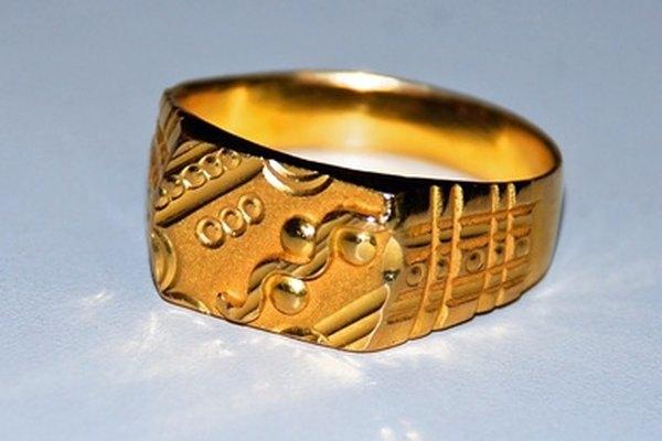 Una joya de oro de diez quilates contiene otros metales.