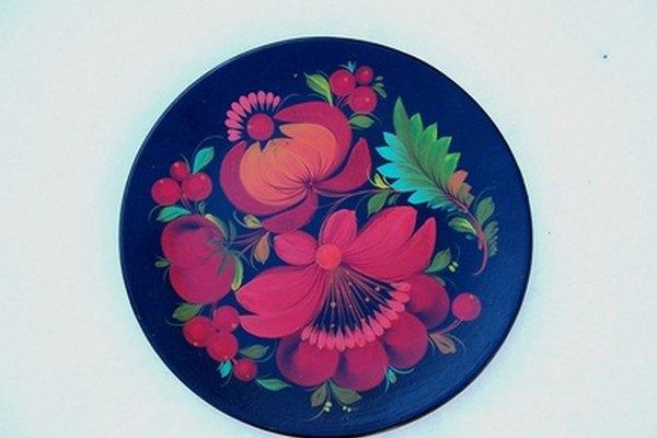 Coloca imágenes sobre platos de porcelana usando calcomanías.