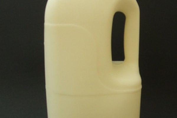 La leche de vaca no instantánea requiere de agua tibia y de una mezcla vigorosa.