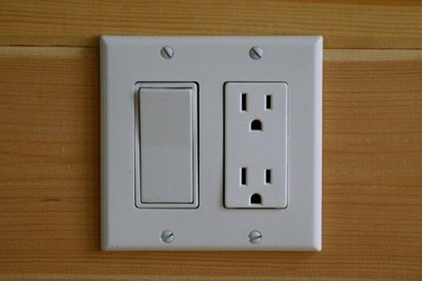 Un toma eléctrico tiene un receptor más largo que el otro para cada conector.
