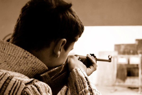 Un rifle con mira abierta.