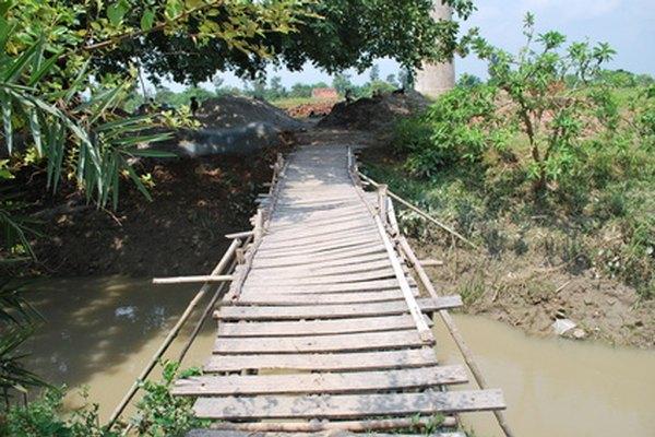 Un puente colgante es uno de los puentes más efectivos y fáciles para construir en un salón de clases.