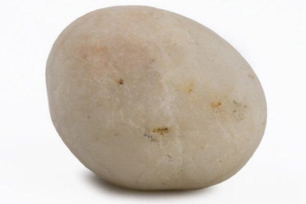 Coloca la roca en un lugar que te resulte cómodo mirar.