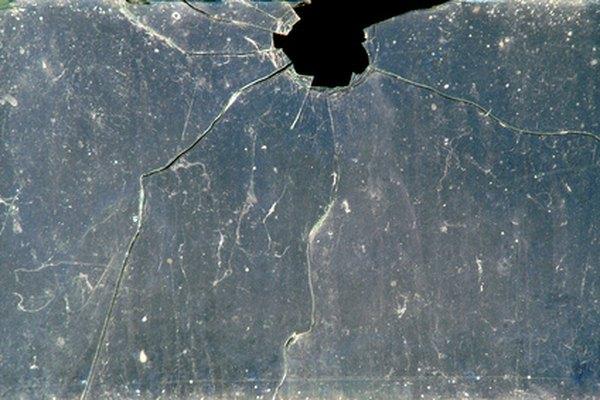 El análisis forense del vidrio descubre pistas en vidrio fracturado, agrietado o hecho pedazos.