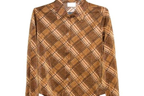 La etiqueta de la confección de la camisa a menudo se encuentra justo debajo del cuello.