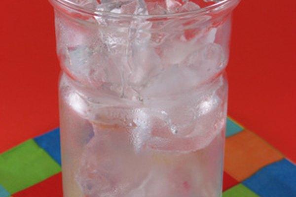 Los vasos de vidrio, plástico y espuma retienen la temperatura de manera distinta.