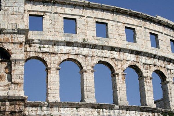 Muchos arcos romanos, como los del acueducto de Segovia, siguen en pie hoy en día.