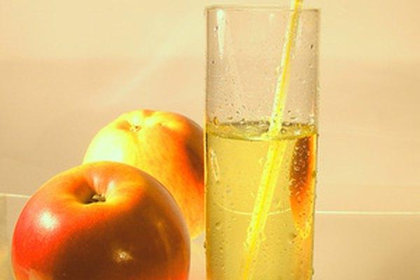 Los bares de jugos ofrecen a sus clientes jugos preparados en el momento.