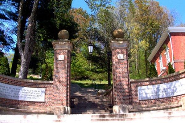 Algunas escuelas privadas han sido establecidas hace mucho tiempo y son bastante prestigiosas.