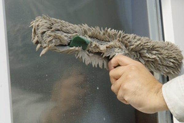 Las personas que empiezan un negocio de limpieza necesitan suministros, publicidad y clientes.