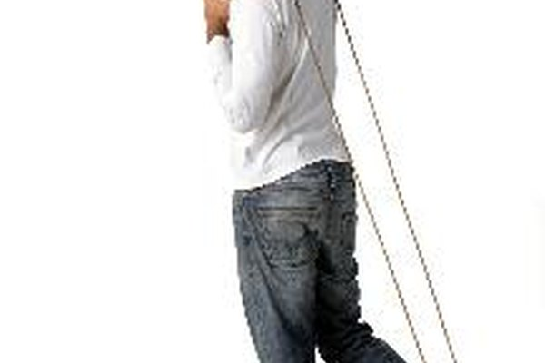 Comienza con la cuerda por detrás de tus talones y gira sobre tu cabeza hacia la izquierda.