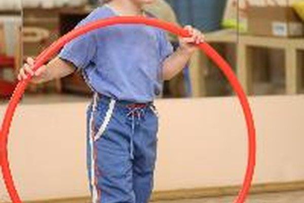 Puedes seguir estos pasos para utilizar un aro hula hula tú mismo o enseñarle a tus hijos.