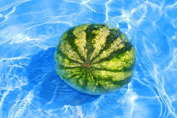 Puedes convertir metros cúbicos a toneladas métricas dada la densidad del agua.