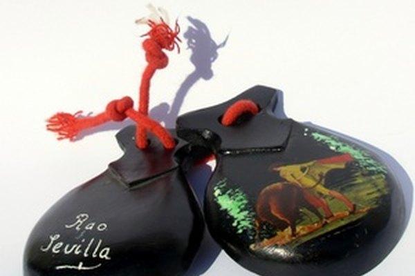 Las castañuelas se usan para acompañar muchas de las danzas tradicionales de España.
