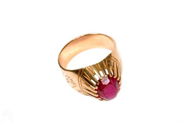 Rubí cabujón engarzado en un anillo de oro.