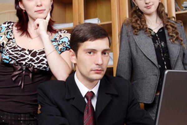Las estructuras del lugar de trabajo organizan las funciones de la compañía por equipos o divisiones.