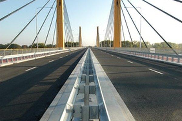 Un puente atirantado con cables visto desde el camino.