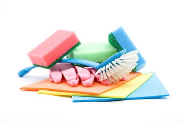 Usar el equipo adecuado para limpiar los escritorios de la escuela mantiene tu piel lejos de químicos abrasivos.
