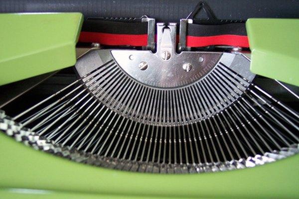 Cómo reemplazar una cinta de una máquina de escribir.