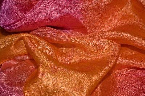 La seda puede ser una tela muy dificultosa para coser, pero siguiendo estos consejos puedes crear ropa lujosa sin problemas.