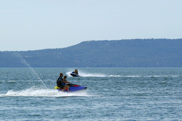 Las motos de agua deben tener el cordón de seguridad firmemente sujetado al chaleco salvavidas del conductor.