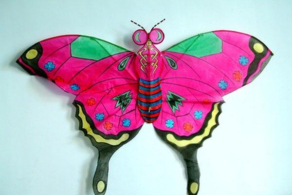 Las cometas tradicionales chinas se fabrican a menudo en forma de mariposas, insectos y dragones.