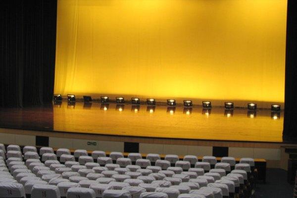 La iluminación del escenario no es solo iluminación, sino que se trata del color que crea el ambiente y la atmósfera para compartir con el público.