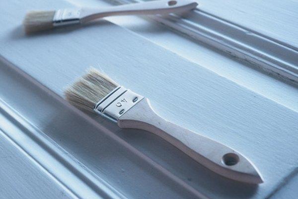 Eliminar los brochazos le dará a tu trabajo de pintura un acabado liso.