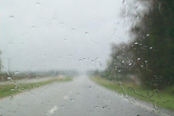 Mejora la visibilidad con el repelente de agua casero para parabrisas.