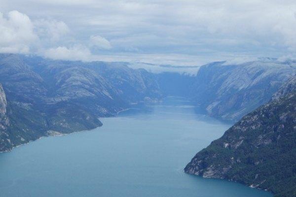 Un fiordo se forma dónde un glaciar corta una garganta debajo del nivel del mar.