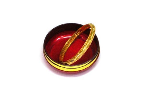 El oro se usa en muchos ornamentos, como las pulseras.