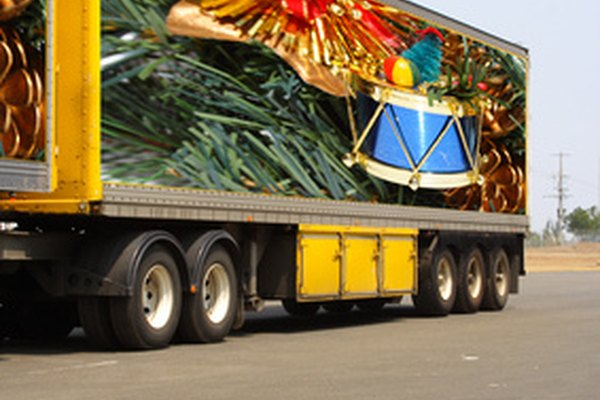 Los camiones con remolque o semis son una forma común para transportar mercancías.